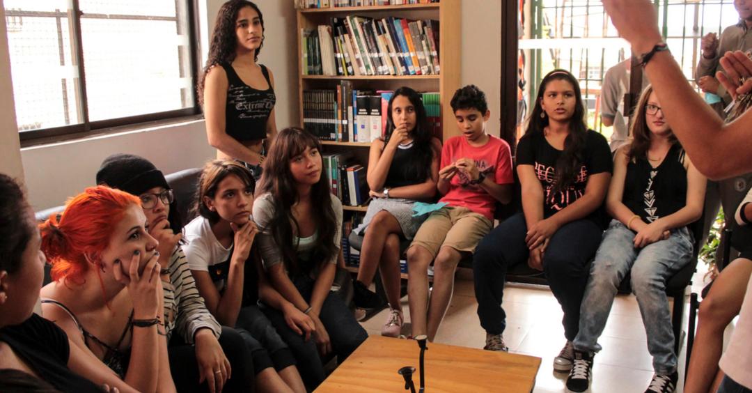 Conocer nuevos autores de barrio a través de un ciclo de lectura que permita a los jóvenes de las distintas comunas donde está ubicada la Fundación Ratón de Biblioteca intercambiar pensamientos y reflexionar sobre sus barrios en torno a la palabra. Entre 13 y 18 años.