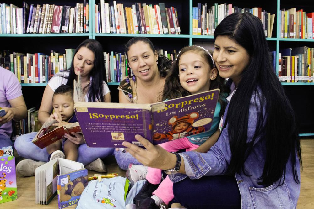 Talleres financiados por la Fundación Éxito, dirigidos a padres y madres de niños en la primera infancia que busca propiciar desde los hogares el gusto y el amor por la lectura, el vínculo afectivo entre madre e hijo desde el lenguaje, los libros y las narraciones.